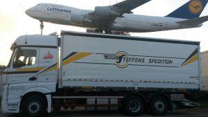 LKW Spedition Steffens vor Boing 747
